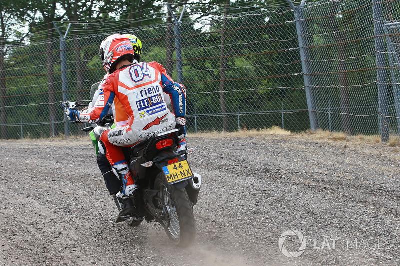 Andrea Dovizioso retourne au stand en scooter après un problème mécanique sur sa moto