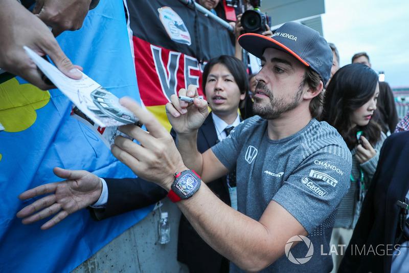 Фернандо Алонсо, McLaren, роздає автографи