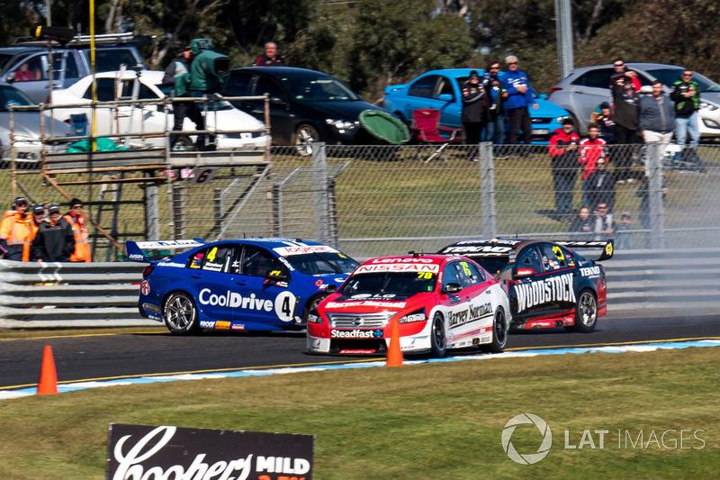 Crash: Todd Hazelwood, Brad Jones Racing Holden, Jonothan Webb, Tekno Autosports Holden