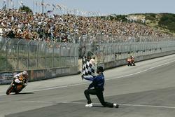 Checkered flag for Nicky Hayden, Repsol Honda Team