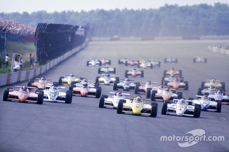 Inicio: Rick Mears, March 84C Cosworth lidera a Mario Andretti, Lola T800 Cosworth
