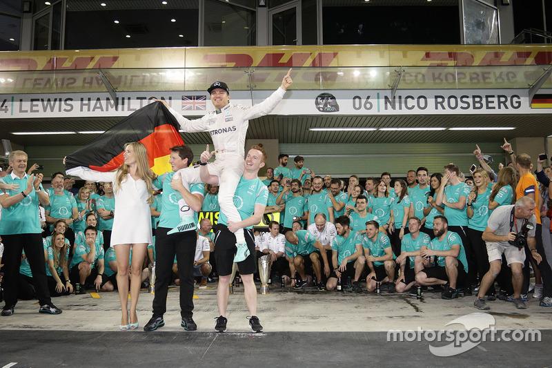 Nico Rosberg, Mercedes AMG F1 y su mujer Vivian Rosberg celebran el título