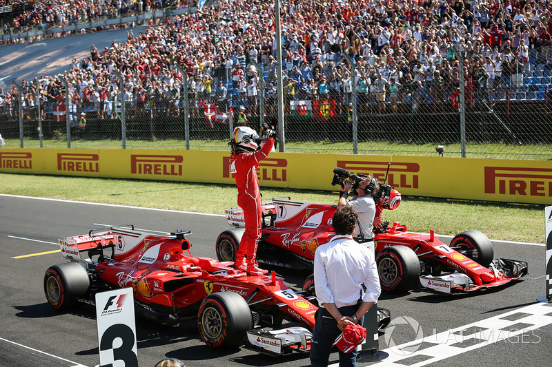 Segundo lugar Kimi Raikkonen, Ferrari, ganador de la pole Sebastian Vettel, Ferrari celebra en parc ferme