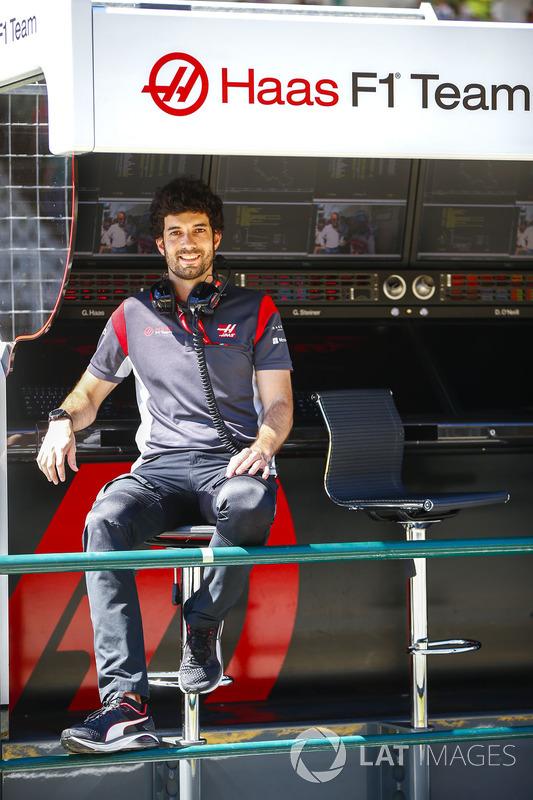 Haas F1 Team team miembro en la pared de pits