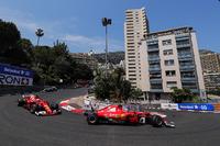 Kimi Räikkönen, Ferrari, SF70H; Sebastian Vettel, Ferrari, SF70H; Valtteri Bottas, Mercedes AMG F1, W08; beim Start