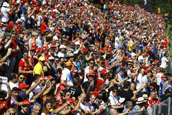 Les tribunes principalement remplis de supporters de la Scuderia Ferrari