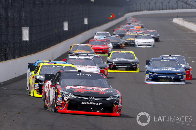 Kyle Busch, Joe Gibbs Racing Toyota y Paul Menard, Richard Childress Racing Chevrolet