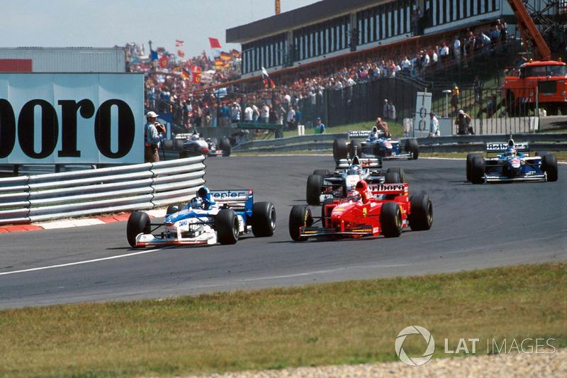 Damon Hill. Arrows A18 supera a Michael Schumacher, Ferrari F310B