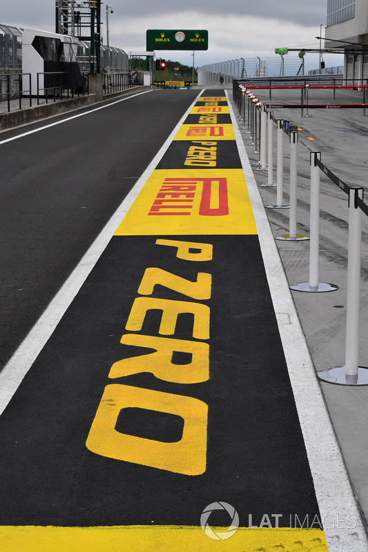 Schriftzug: Pirelli P Zero