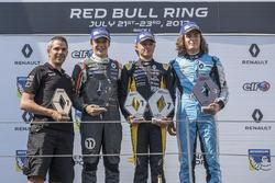 Podio: ganador de la carrera Max Fewtrell, Tech 1 Racing, segundo lugar Sacha Fenestraz, Josef Kaufmann Racing, tercer lugar Max Defourny, R-ace GP