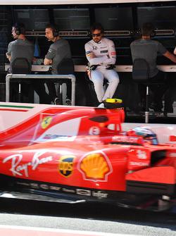 Fernando Alonso, McLaren Kimi Raikkonen'i izliyor, Ferrari SF70H