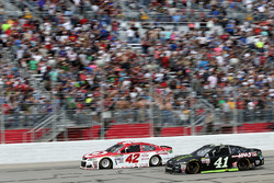 Kyle Larson, Chip Ganassi Racing, Chevrolet; Kurt Busch, Stewart-Haas Racing, Ford
