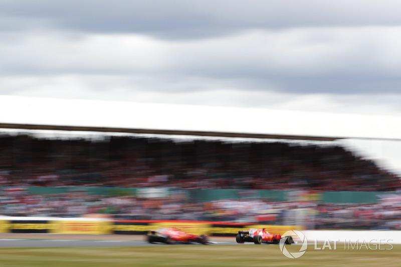 Sebastian Vettel, Ferrari SF70H, con chispas y un pinchazo por delante de Kimi Raikkonen, Ferrari S