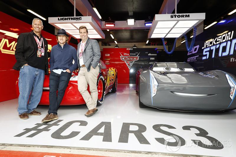 Disney Kevin Reher y Brian Fee, Actor Owen Wilson en el garaje promocional de Cars 3