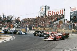 Crash: Clay Regazzoni, Ferrari 312T2; James Hunt, McLaren M23; Niki Lauda, Ferrari 312T2