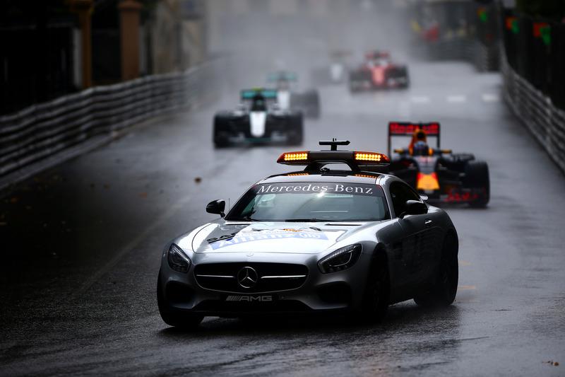 El coche de seguridad conduce por delante de Daniel Ricciardo, Red Bull Racing RB12