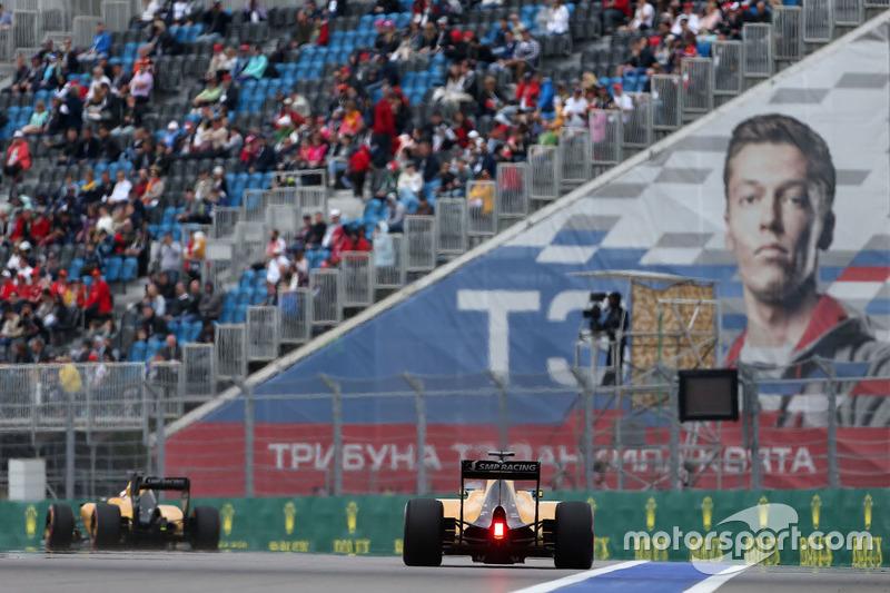 10. Jolyon Palmer, Renault Sport F1 Team RS16 y Kevin Magnussen, Renault Sport F1 Team RS16