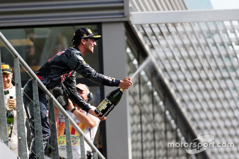 Daniel Ricciardo, Red Bull Racing festeggia il suo secondo posto con lo champagne sul podio