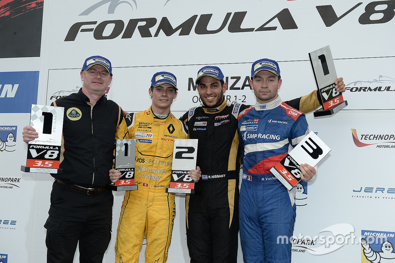 Podium: Sieger Roy Nissany, Lotus; 2. Louis Deletraz, Fortec Motorsports; 3. Matthieu Vaxiviere, SMP Racing