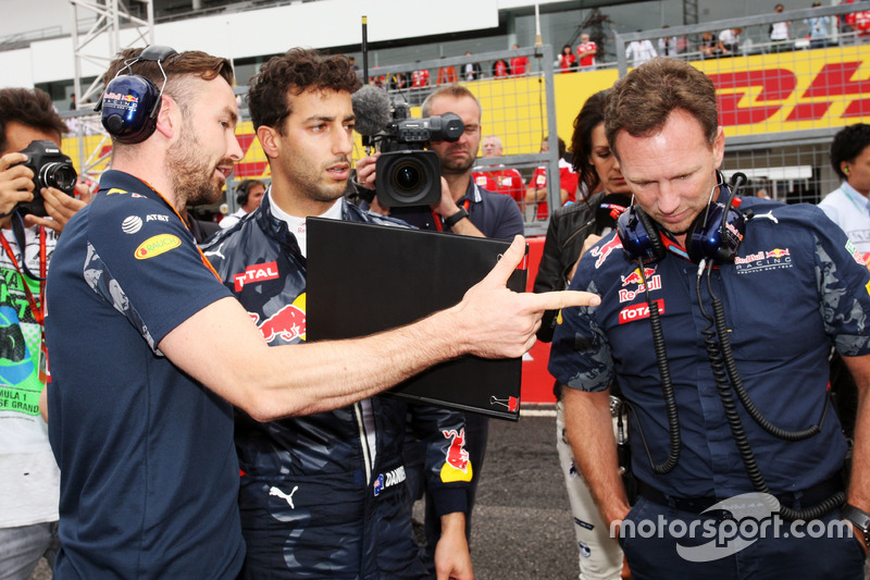 (L to R): Simon Rennie, Red Bull Racing Race Engineer with Daniel Ricciardo, Red Bull Racing and Christian Horner, Red Bull Racing Team Principal on the grid