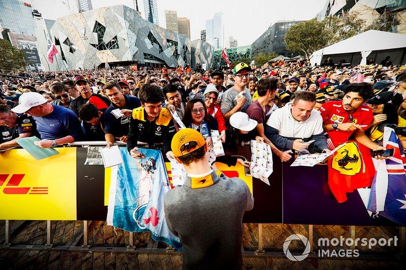 Lando Norris, McLaren, firma autografi ai tifosi all'evento a Federation Square