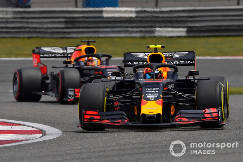 Pierre Gasly, Red Bull Racing RB15, przed Maxem Verstappenem, Red Bull Racing RB15