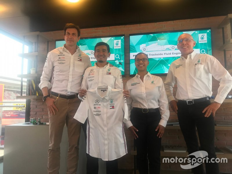 Toto Wolff con Ahmad Nasri Mohd Shafie, Stephanie Travers e Eric Holthusen nell'Hospitality Mercedes durante i test di F1