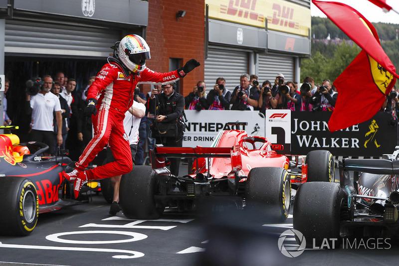 Sebastian Vettel, Ferrari SF71H, celebra la victoria con un salto en el parque cerrado