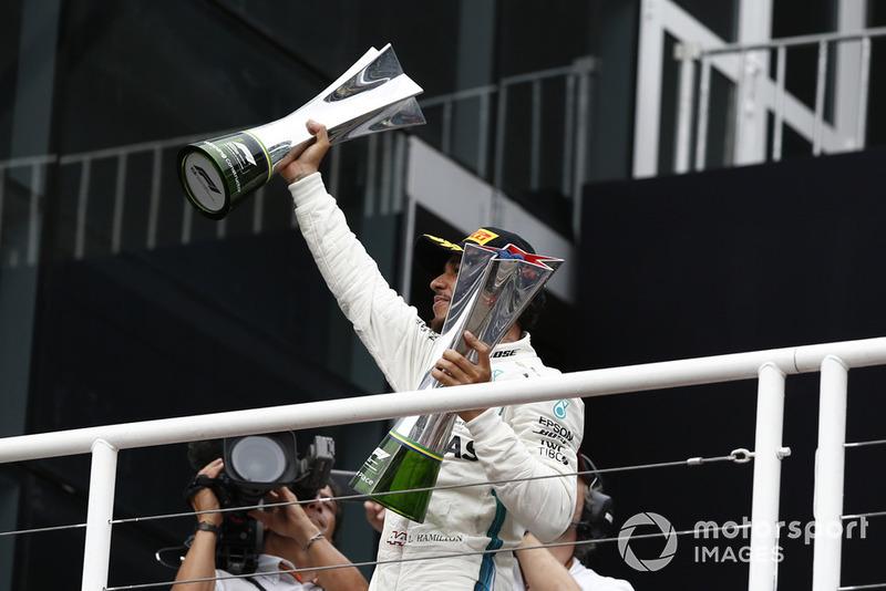 Lewis Hamilton, Mercedes AMG F1 fête sa victoire sur le podium avec les trophées