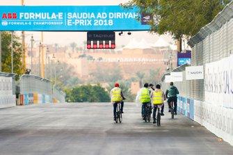 Les commissaires font le tour de la piste à vélo