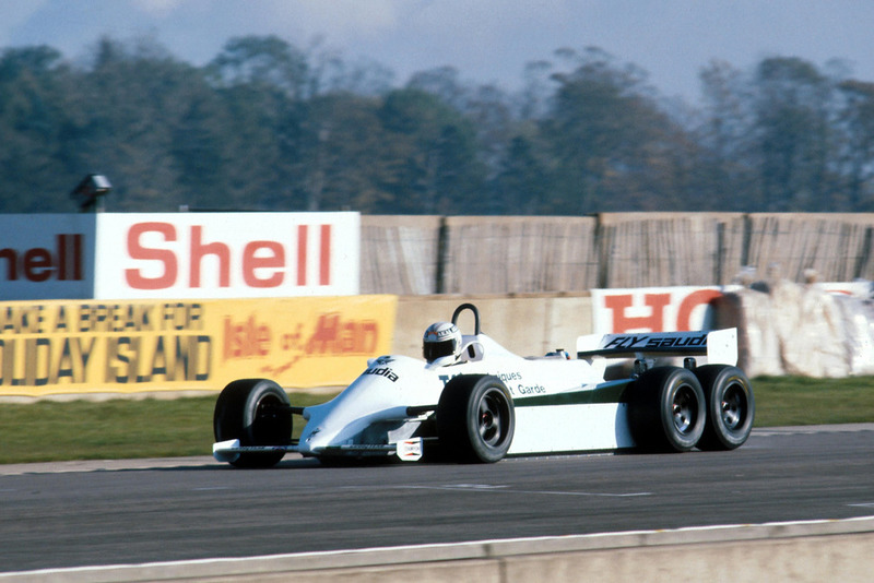 Alan Jones, con el Williams FW07D de seis ruedas