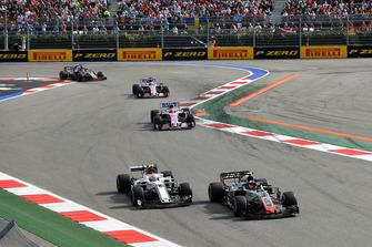 Kevin Magnussen, Haas F1 Team VF-18 et Charles Leclerc, Sauber C37