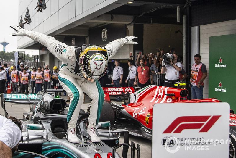 Lewis Hamilton, Mercedes AMG F1 W09 EQ Power+, festeggia nel parco chiuso