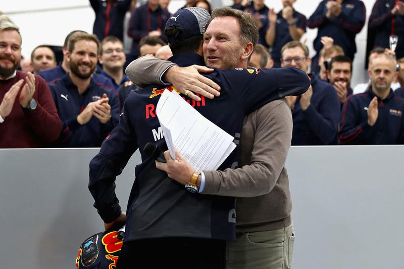 Le team principal de Red Bull Racing Christian Horner embrasse Daniel Ricciardo, Red Bull Racing