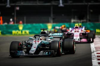 Льюис Хэмилтон, Mercedes AMG F1 W09, и Эстебан Окон, Racing Point Force India VJM11