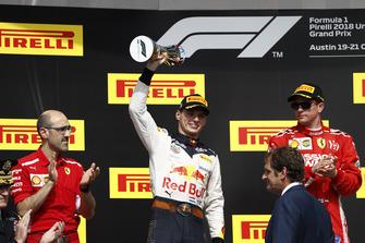 Carlos Santi, ingegnere di pista, Ferrari, Max Verstappen, Red Bull Racing, 2° classificato, con il suo trofeo, e Kimi Raikkonen, Ferrari, 1° classificato, sul podio