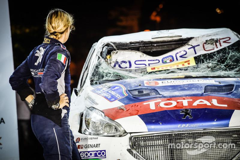Anna Andreussi, Peugeot Sport Italia, osserva la Peugeot 208 T16 R5 distrutta nel capottamento nell'ultima speciale
