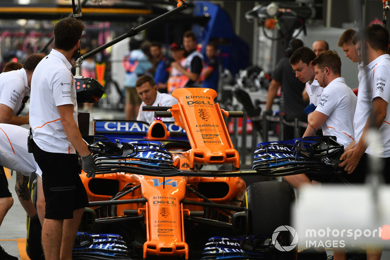 Nose change for Fernando Alonso, McLaren MCL33