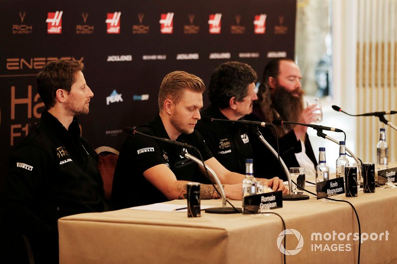Romain Grosjean, Haas F1 Team, Kevin Magnussen, Haas F1 Team, Guenther Steiner, Team Principal, Haas F1, William Storey, CEO Rich Energy, durante la conferenza stampa