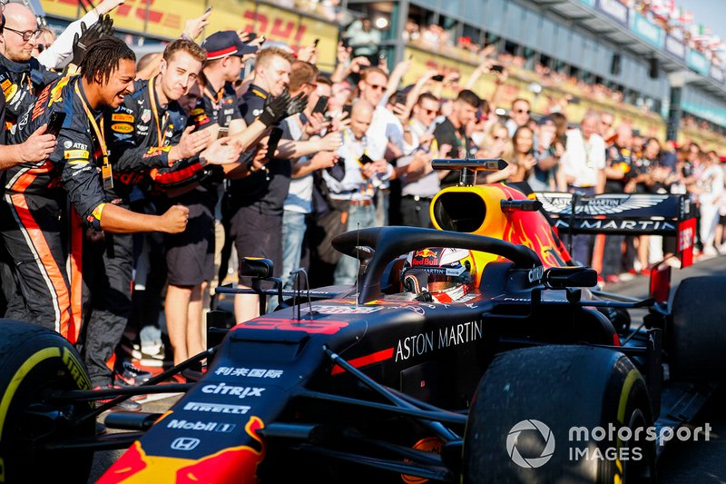 Max Verstappen, Red Bull Racing RB15 passe devant son équipe en allant vers le Parc Fermé