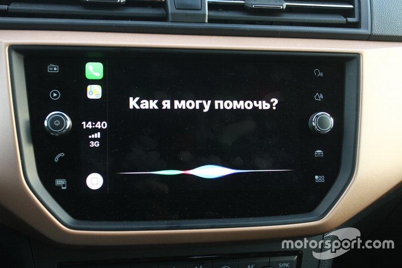 SEAT Ibiza не підтримує голосовий зв'язок, у випадку якщо ви обрали для системи автомобіля українську мову. Але не поспішайте кидати у Ibiza каміння, поки це притаманно усім автомобілям. У цьому випадку власники iPhone можуть звернутися до Siri та за допомогою голосових команд подзвонити…