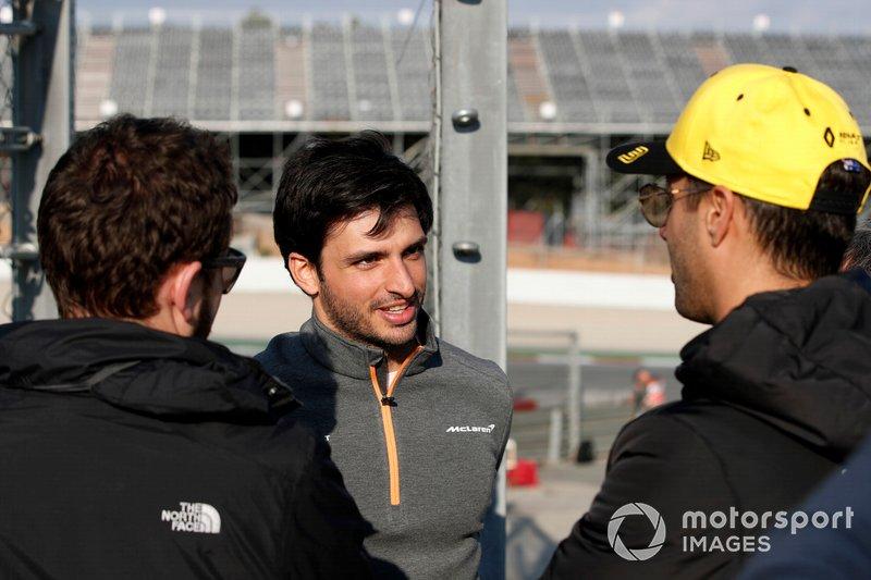 Carlos Sainz Jr., McLaren ve Daniel Ricciardo, Renault F1 Team pist kenarında
