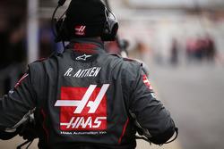 Haas F1 Team mechanic at work