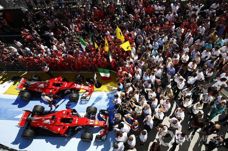 Себастьян Феттель та Кімі Райкконен, Ferrari SF70H, у закритому парку