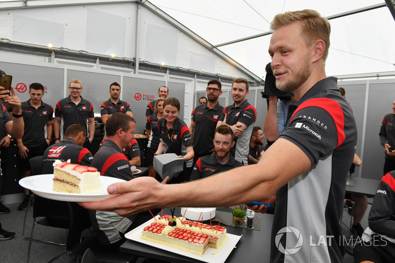 Kevin Magnussen, Haas F1 Team celebrates his Birthday, the team and Birthday cake