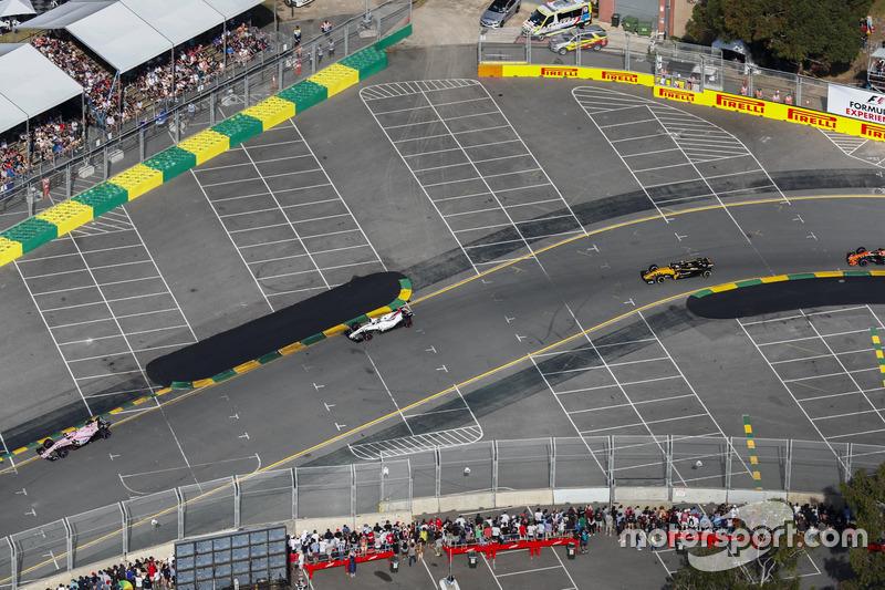 Esteban Ocon, Force India VJM10, delante de Lance Stroll, Williams FW40, y Jolyon Palmer, Renault Sport F1 Team RS17