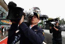 Max Verstappen speelt voor cameraman tijdens de kwalificatie voor de Grand Prix van Italië