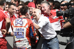 Переможець гонки Андреа Довіціозо, Ducati Team, Клаудіо Доменікале, генеральний директор Ducati