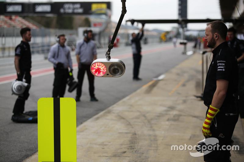 Los miembros del equipo Mercedes AMG F1 esperan la llegada de Lewis Hamilton