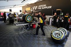 Pirelli tecnician working on Mercedes AMG F1 W08 tyres